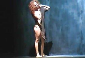 肛门芭蕾舞场景裸体Carmen吃了他的女儿的猫