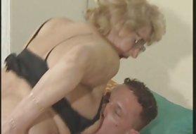 肛门腺的狗到减轻的金发女郎格兰戴着眼镜阿斯顿*理查兹的猫拍摄
